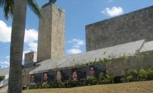 Los cinco héroes de Cuba son los retratos en el monumento al héroe revolucionario Che Guevara.