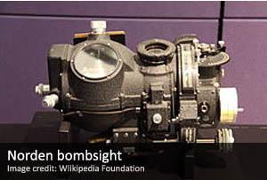 La mira de bombardeo Norden era un sofisticado dispositivo que calcula la trayectoria de una bomba lanzada por un avión, con base en las condiciones de vuelo en tiempo real y, además, estaba conectado al piloto automático del avión, por lo que era capaz de alterar las trayectorias de bombas de acuerdo a los cambios en el viento, altitud, velocidad de las aeronaves, u otros efectos.