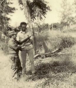 """""""El papel de Cuba en el mundo, desde 1959, carece de precedentes. ¿Qué otro país del Tercer Mundo ha proyectado alguna vez su poderío militar mas allá de su vecindario inmediato?..."""" Piero Gleijeses. Por las razones que hayan sido, nos sentíamos identificados plenamente con el pueblo angoleño y sin pedir nada a cambio estábamos dispuestos a sacrificar lo más valioso que tiene el ser humano: su vida, por ayudarlos. Foto: Dr. José R. Alfonso en Angola, vestido de militar/diciembre de 1975."""