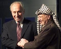 """Después de años de negación de portavoces israelíes, el presidente israelí, Shimon Peres, ha admitido la verdad. En una entrevista concedida al New York Times hace unos meses, que fue publicado la semana pasada, Peres dijo que Arafat no debería haber sido asesinado, y afirmó que se había opuesto a la política de asesinarlo. Peres declaró que había """"protegido Arafat de varios complots contra su vida."""""""