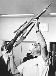 Si hacemos un cálculo medianamente aproximado, Oswald podía hacer el primer disparo, cuando el carro que conducía al presidente estuviera dentro de los órganos de puntería del fusil, pero después de eso tendría que manipularlo y nuevamente buscar el blanco para realizar el segundo disparo, momento en que ya el carro presidencial estaría fuera de su alcance.