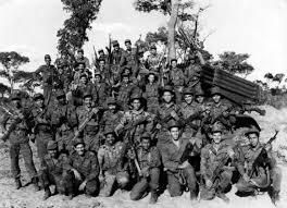 """QPM.ORG. En una pared de piedra de casi 700 metros, en la colina del parque de la Libertad de Pretoria, la capital de Sudáfrica, hay grabados más de 95.000 nombres. Y entre ellos, los de 2.107 soldados cubanos. Pero, ¿quiénes fueron esos cubanos que """"lucharon por la liberación de Sudáfrica""""? Los nombres presentes en el muro de Pretoria son los de los soldados muertos en la batalla de Cuito Cuanavale, en Angola, en 1988, a la que Mandela se refirió en diversas ocasiones como un punto de inflexión contra el apartheid. """"Aquella impresionante derrota del ejército racista le dio a Angola la posibilidad de disfrutar de la paz y consolidar su soberanía. Le dio al pueblo de Namibia su independencia, desmoralizó al régimen racista blanco de Pretoria e inspiró la lucha contra el apartheid dentro de Sudáfrica (…) . Sin la derrota en Cuito Cuanavale nuestras organizaciones nunca hubieran sido legalizadas"""", dijo Mandela ante una multitud el 26 de julio de 1991 en Matanzas, Cuba."""