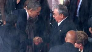 Obama y Raúl Castro se dan la mano en el memorial de Nelson Mandela El presidente de Estados Unidos, Barack Obama, estrechó la mano al presidente de Cuba, Raúl Castro, en lo que se ha convertido en una imagen histórica producida en el memorial a Nelson Mandela, celebrado este martes en Johannesburgo. Castro sonrió mientras Obama le daba la mano mientras se dirigía al estrado del estadio Soccer City, en un gesto sin precedentes entre los líderes de las dos naciones que llevan en desacuerdo más de medio siglo. Esta es la primera ocasión en la que ambos mandatarios se saludan públicamente, tal y como captaron las cámaras.
