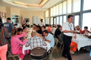 Según una costumbre establecida hace ya años, los estadounidenses, cubanos y personal de otros países de la Sección de Intereses (USINT, por sus siglas en ingles) disfrutaron de un almuerzo en honor del Día de Acción de Gracias.