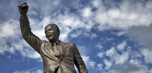 Nelson Mandela fue el padre de la actual Sudáfrica democrática que sustituyó al estado de apartheid odioso. Una estatua de Nelson Mandela se encuentra fuera de las puertas del Centro Correccional Drakenstein (antigua prisión de Victor Verster), cerca de Paarl, en la provincia del Cabo Occidental. (Foto: Finbarr O'Reilly / Cortesía Reuters)