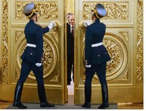 Un nuevo mapa Putin entra en una sala dorada Kremlin para firmar un tratado de formalizar la anexión rusa de Crimea