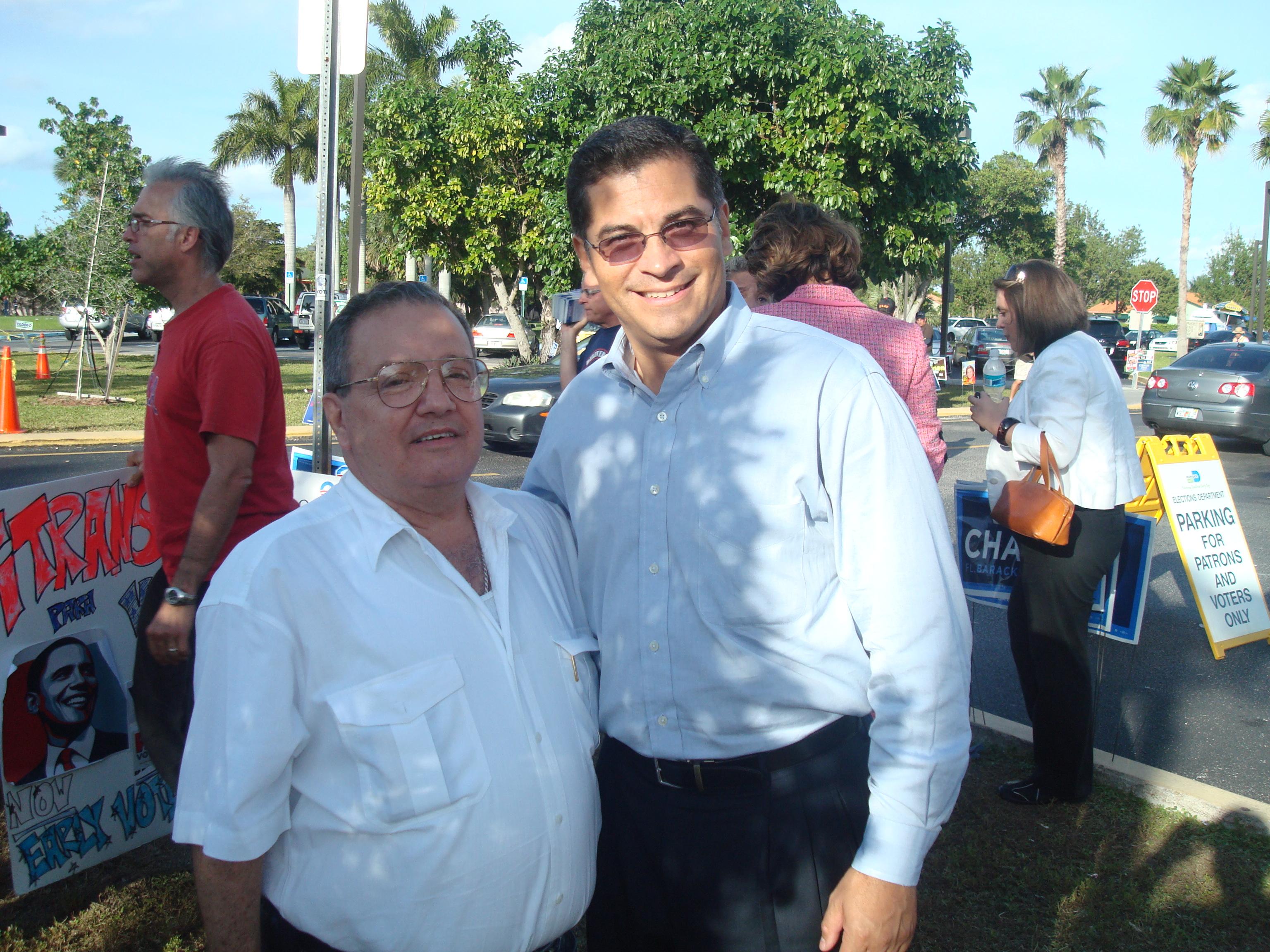 """El Dr., José R. Alfonso desarrollo una intensa campaña a favor del candidato a la presidencia Barack Obama, después que éste resultara ganador en las primarias del Partido Demócrata, durante la misma por medio de programas mediáticos en el Sur de la Florida mientras que Alina Alfonso, Especialista en Campañas Políticas Mediáticas, Analista Política y presentadora de Noticias de TeleMiami, un Canal de gran televidencia entre los hispanos en Miami, en tanto sus operadores de los Bancos Políticos de Disuasión y Persuasión Telefónicos (BPDPT), realizaron más de 50K llamadas y varias """"esquinas políticas"""" frente a concurridos lugares de asistencia de hispanos, entre otras actividades. Foto/Dr. Alfoso y Xavier Becerra con el Congresista Federal Demócrata durante la Campaña Presidencial de Barack Obama 2008. Foto: QPM.ORG"""