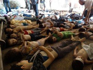 Matanza con gas sarín en Siria. Familiares y activistas analizan los cuerpos de decenas de niños fallecidos ayer en el ataque en la localidad de Ghuta.
