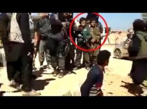 En los últimos días el Estado Islámico de Irak y Levante (EIIL) ha empezado a difundir videos de sus brutales acciones como parte de la guerra informativa. En particular, en la Red apareció un video en el que se puede ver a un joven hincado de rodillas rodeado por un grupo de personas armadas, entre las que se pueden distinguir a al menos dos niños de alrededor de 8 años de edad, uno de los cuales va provisto de un rifle. En un momento dado un hombre grita algo, a lo que sigue la ejecución del joven arrodillado.