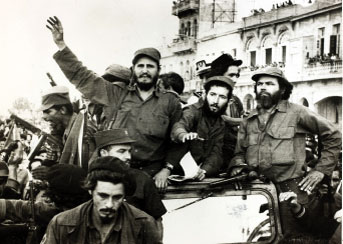 8 de enero de 1959: Fidel Castro saluda a los habaneros en su entrada a la ciudad. Apenas tenía 32 años.
