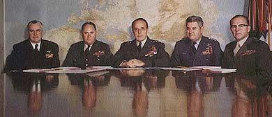 Los jefes de estado-mayor responsables del proyecto Northwoods. De izquierda a derecha : el almirante George W. Anderson Jr. (jefe des operaciones navales), ...