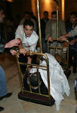 ataque de noviembre/2005 en tres hoteles en Ammán, Jordania. Los atentados fueron el primer ataque con víctimas en masa con éxito que el grupo había llevado a cabo en Jordania después de varios intentos frustrados y fallidosEscena del hotel Hyatt tras la explosión. / REUTERS