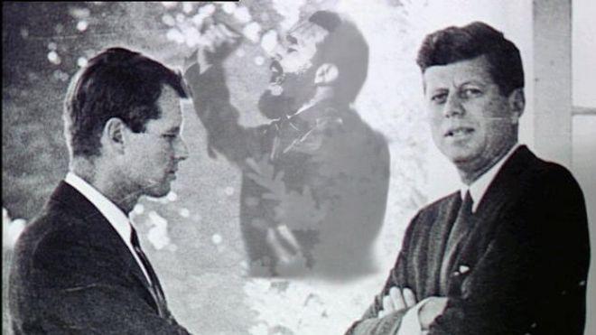 """Al parecer, el presidente John F. Kennedy no era un hombre que cometía el mismo error dos veces, por lo que después del fracaso de Bahía de Cochinos toma la decisión ejecutiva de montar un """"Grupo Especial Ampliado"""" encargado de la dirección, propósitos y objetivos (DPO) dentro de la lucha anticastrista. Este grupo se compone de su hermano, Robert Kennedy (Attorney General),"""