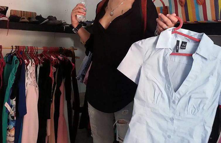 Los elevados precios, la mala calidad de los productos y el desamparo del consumidor en los comercios estatales, son las causas principales por las que sobreviven las tiendas particulares de ropa en la clandestinidad / Foto: Raquel Pérez.
