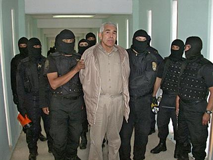 Miembros de la Policia Federal Preventiva (PFP) custodian al narcotraficante Rafael Caro Quintero (C), tras un operativo en la cárcel de 'Puente Grande', en 2005. Texto completo en: http://actualidad.rt.com/actualidad/view/111879-narcotrafico-ee-uu-vinculos-cia-cartel