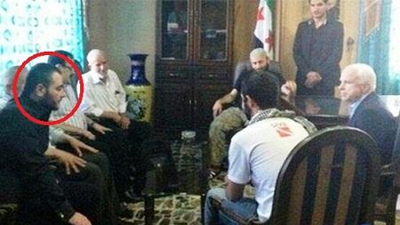 """""""La única solución para la protección del Estado judío es la creación de un enemigo cerca de sus fronteras"""". Ha revelado Edward Snowden ex empleado de la Agencia de Seguridad Nacional de Estados Unidos (NSA) por lo que los Servicios Especiales británicos (MI 6), la inteligencia estadounidense (CIA) y el del estado de Israel (Mossad) trabajaron juntos para crear el Estado Islámico de Irak y Siria (ISIS). Foto/ John Mcain habla John McCain habla con el jefe de ISIS Abu Bakr Al-Baghdadi —también c/p Elliot Shimon, Ibrahim al-Badri, alias Abu Du'a, alias Califa Ibrahim."""