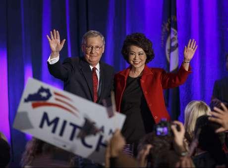 El líder de la minoría en el Senado, Mitch McConnell, de Kentucky — el mismo que en el 2008 al ser elegido Barack Obama expresara: nuestro único objetivo es sacar a este hombre del poder en cuatro años— junto a su esposa, la ex secretaria de Empleo Elaine Chao, celebra su victoria electoral