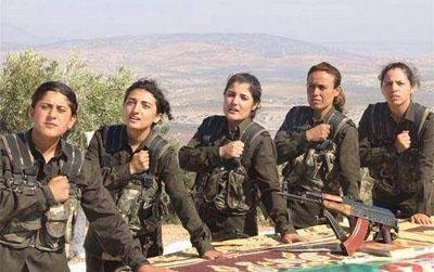 """Las valerosas mujeres de Kobane –donde los kurdos sirios combaten desesperadamente contra el EI (ISIS)– están a punto de ser traicionadas por la """"comunidad internacional"""". Estas guerreras también combaten, además de contra los terroristas del Califa Ibrahim, contra los planes traicioneros de EE.UU., Turquía y la administración del Kurdistán iraquí."""