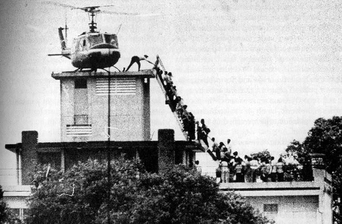 La retirada apresurada de las fuerzas de EE.UU. de Helmand recuerda una de las fotografías clásicas tomadas en 1975que muestra la imagen de un helicóptero y cientos de estadounidenses en la azotea de la sede de la CIA en Saigón que esperan desesperadamente el permiso para subir a bordo. Foto: Un grupo de norteamericanos intenta subir a uno de los helicópteros sobre la embajada de EEUU en Saigón, Viet Nam