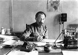 Por todo ello, Lenin le encomendó a Feliks Dzerzhinksy, el fundador y jefe de la CHEKA desde 1917, la colosal tarea de acabar con la disidencia. Este polaco, que formaba parte del movimiento revolucionario desde 1897, padecía tuberculosis y tenía un físico endeble, pero al mismo tiempo tenía unas dotes innegables para la organización. En un año levantó una organización con miles de agentes, un servicio de contraespionaje eficaz y un aparato represor feroz. Y en varias semanas ideó la receta para acabar con los antibolcheviques: la CHEKA iba a organizar una «disidencia postiza».