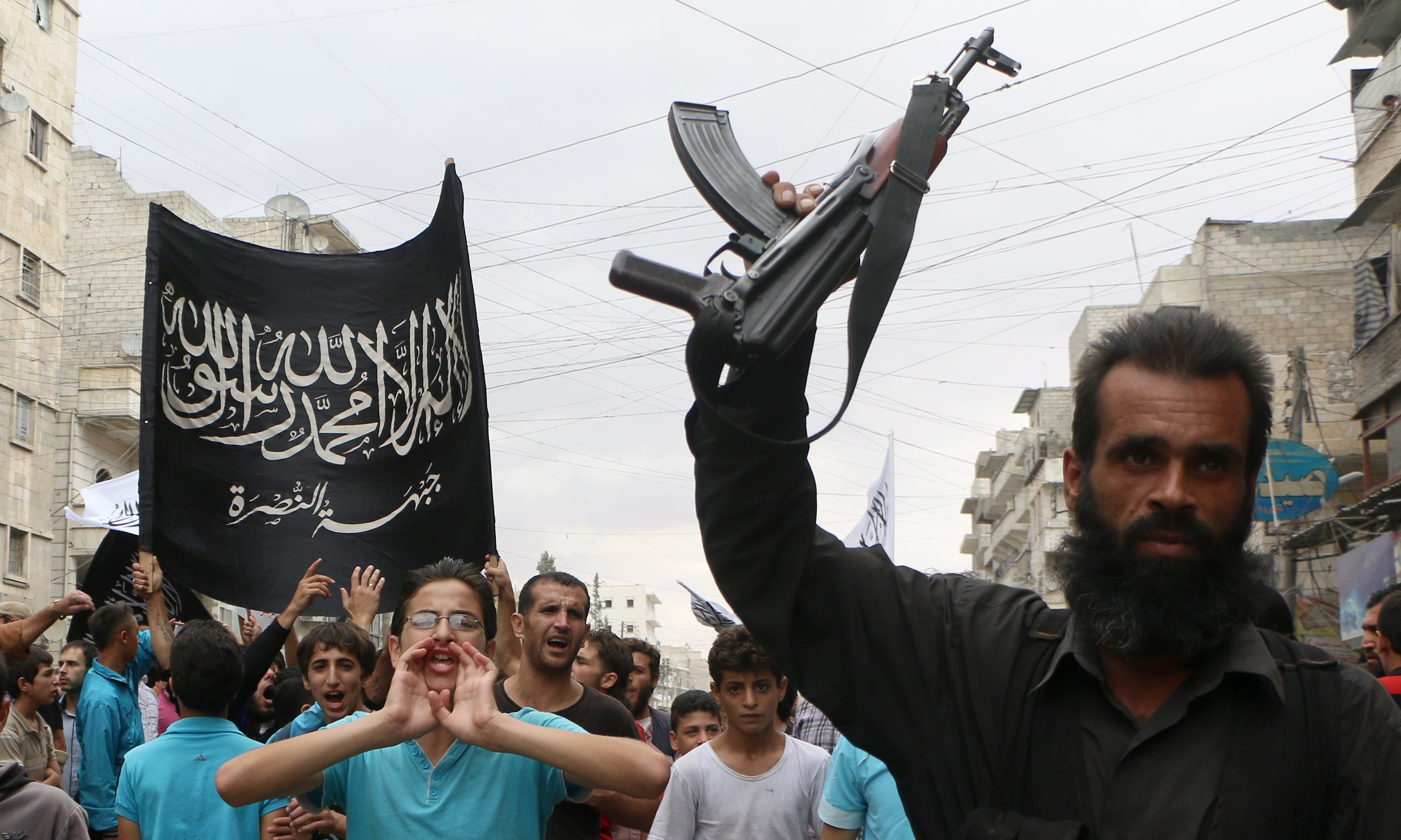 De entrada, que Al Khorasan, más que una filial de Al Qaeda o una organización independiente es una red de Al Qaeda Central en territorio sirio. Ahora bien, protegida y en connivencia con Jabhat Al Nusra que sí es formalmente una filial de Al Qaeda Central.