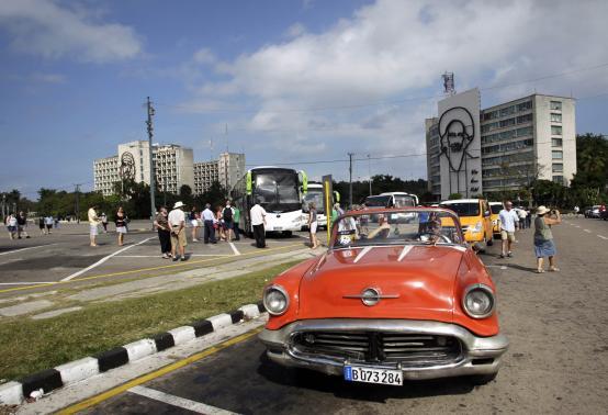 Los turistas visitan Plaza de la Revolución en La Habana, 15 de enero de 2015. REUTERS-Stringer,