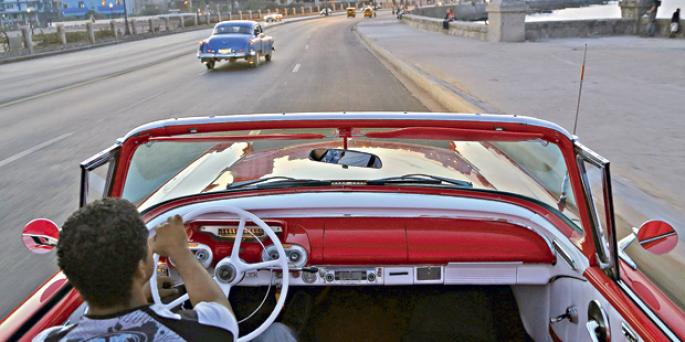 Un total de 63% de norteamericanos aprueban la decisión de la administración Obama del mes pasado de restablecer lazos diplomáticos con Cuba después de más de 50 años. Y hay un apoyo igualmente amplio para ir más allá y eliminar el embargo comercial contra Cuba que dura más de 50 años (66% a favor).