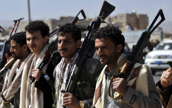 Milicianos hutíes en los alrededores del Palacio Presidencial de Yemen, en Saná. Foto Efe