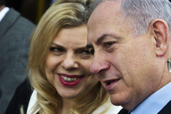 """""""Bibí"""" incluso permitía r a Sara Netanyahu, su esposa, husmear detrás del espejo del mundo de la inteligencia israelíes la que exigía conocer los Perfiles Psicológicos de los líderes mundiales a quienes ella y su esposo recibirían o visitarían, incluyendo entre estos perfiles de conducta humana la vida sexual del presidente Bill Clinton entre otros.. Foto: entre otros. Sara y Benjamín Netanyahu, primer ministro de Israel. / CORDON PRESS"""