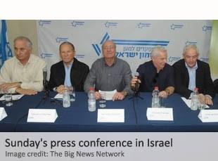 """Entre los numerosos oradores en la conferencia de prensa estaba el veterano y condecorado General de Amnón Reshef de la guerra de Israel 1973. Él apeló a Netanyahu a no asistir a su viaje a los EE.UU. y dejar de criticar a la administración de Obama """"antes de que sea demasiado tarde""""."""