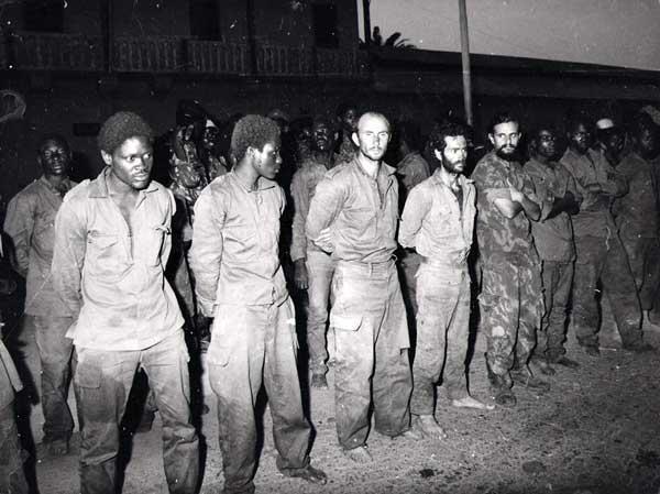 Soldados del FNLA de origen portugués capturados por el MPLA y los cubanos en la batalla de Caxito, el 7 de septiembre de 1975.