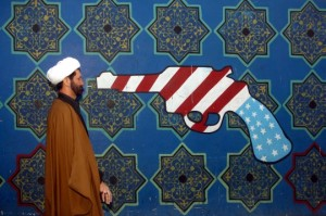 """Es difícil para algunos estadounidenses a entender por qué el gobierno de Obama está tan decidido a llegar a un acuerdo con Irán sobre su capacidad nuclear, dado que a través de enormes mítines los iraníes están constantemente cantando """" Muerte a América!"""".  Sé que el canto me hace infeliz, ya que soy parte de América, y yo me opongo firmemente a morir.     Pero si usted conociera sobre nuestra historia actual con Irán, pudieran entender el por qué ese tipo de tipo de reacción y de dónde viene. Ellos tienen razones comprensibles para estar enojado y asustados de nosotros."""