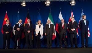 Federica Mogherini, Jefa de la Diplomacia de la Unión Europea, Javad Zarif, Ministro de Exteriores de Irán, y John Kerry, vicepresidente de EEUU, en Lausana (Suiza). | AFP