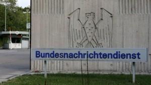 La agencia de inteligencia alemana, la BND, durante años ayudó a la Agencia de Seguridad Nacional de EE.UU. (NSA) a llevar a cabo espionaje contra miembros del Gobierno francés y la Comisión Europea, revelan medios alemanes.