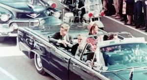 """CODIGOABIERTO360: Incuestionablemente el magnicidio de John F. Kennedy (JFK), el  trigésimo quinto Presidente   de los EE.UU —y el cuarto en resultar asesinado producto de un atentado personal—pudo ser ejecutado, en gran parte, por el quebrantamiento de los protocolos que regulan y norman el trabajo  y los códigos de los anillos de protección y seguridad  personal  de los dignatarios. En Miami, Florida, existen versiones acerca de la participación de varios tiradores, entre ellos uno de origen  cubano) y otro de origen estadounidense nombrado Frank Anthony Sturgis (diciembre de 1924-diciembre de 1993)  también c/p Frank Ángelo Fiorini ambos relacionado con el Sindicato del Juego —a través de Santos Trafficantes y Meyer Lansky— y con la Agencia Central de Inteligencia (CIA). Frank Fiorini, amigo de nuestro  Publisher y en especial del subdirector de este tabloide sobre inteligencia publica digital —por haber sido veterano de Viet Nam y de la CIA— sin embargo siempre mantuvo un hermético y férreo silencio sobre este tema. Por el contrario  Manuel F. Artime Buesa —c/p el """"goldenboy cubano de la CIA y de los Kennedy""""— un líder anticastrista que en 1959 dentro de Cuba fundara el Movimiento de Recuperación Revolucionaria (MRR), más tarde líder político anticastrista de la Brigada 2506 (invasión de Bahía de Cochinos) y Jefe de la Black Ops. (CIA) """"Mangosta"""" declararía desde su Base de Operaciones en Costa Rica: """"la bala que asesino e Kennedy también mato a nuestro movimiento"""".   Foto: President John F. Kennedy, First Lady Jacqueline Kennedy, and Texas Governor John Connally ride in a motorcade in Dallas, Texas, on November 22, 1963.  Moments later the President and Governor were shot by an assassin. (Walt Sisco / Copyright Bettmann/Corbis / AP Images)"""