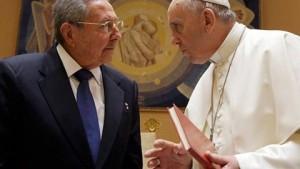 """""""Yo leo todos los discursos del papa, sus comentarios, y si el papa sigue así, yo volveré a rezar y volveré a la Iglesia, y no lo digo por broma"""", manifestó el presidente cubano Raúl Castro. """"Yo soy del Partido Comunista Cubano, que no admitía creyentes, pero ahora lo estamos permitiendo, que es un paso importante"""", agregó. """"He agradecido al Santo Padre su contribución al reacercamiento entre Cuba y Estados Unidos"""", manifestó Raúl."""