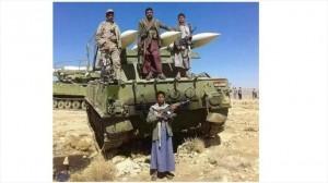 Combatientes de Ansarolá posan junto a un sistema de misiles en Saná, capital yemení