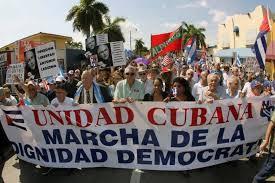 un análisis del desempeño de algunos capitales cubanos en Miami muestra un panorama distinto, donde el mérito y la virtud en obtener riquezas se encuentran más cerca de un astuto aprovechamiento de los vínculos con el poder local, estatal y nacional en una forma que los convierte, en la práctica, en paladines del mercantilismo —el modo económico en que el poder gubernamental se pone de parte de determinados grupos de interés para facilitarle la adquisición de prebendas, contratos y ganancias— y no en competidores que miden sus fuerzas y recursos en un mercado abierto.