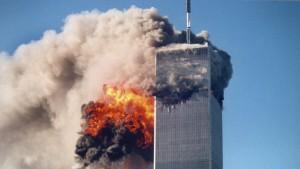 """Codigoabierto360: A pesar de que existían """"señales"""" —información— acerca de que elementos saudíes estaban entrenándose de forma   irregular en el manejo de naves aéreas —solo mantener y controlar una nave en pleno vuelo—en poder de los Servicios Especiales de Contrainteligencia de los EE.UU (FBI), estas fueron desestimadas. Ello facilito, en parte,  que Al Qaeda pudiera llevar a cabo su plan táctico el día 9/11 dentro de su diseño  estratégico de forzar y obligar a los Estados Unidos a lanzar una cruzada en contra del mundo islámico. Al Qaeda quería lograr esto mediante la realización de acciones terroristas de """"alta sensibilidad e impacto"""" dentro de territorio estadounidense —dirigido contra sus principales símbolos de poder— con un doble propósito: si EE.UU: no respondía a los ataques terroristas del 9/11 demostrarían una imagen de debilidad y vulnerabilidad, algo no característico de esta nacion; si los norteamericanos tomaban acción y emprendían una campaña militar en su contra significaría que estaban dispuestos a comenzar una cruzada bélica en contra del Islam. Los hechos dieron la razón a Al Qaeda, ya que ello permitió a la Administración de George W Bush no solo emprender una  campaña bélica contra Al Qaeda y el Talibán en Afganistán sino que el grupo de poder aprovecharía esta coyuntura política-militar para llevar a cabo """"El Proyecto para el Nuevo Siglo Estadounidense (en inglés Project for the New American Century o PNAC )"""" en especial contra Saddam Hussein y el grupo sunní que controlaba Irak, desplazando de esa forma el poder geopolítico de la región en favor de los chiíes. Hoy su sucesor el Estado Islámico ha institucionalizado su ideología la sunní wahabí y ha declarado sus intenciones de restaurar el Califato en los territorios ocupados y no se ve en el horizonte fuerzas capaces de detenerlo."""