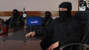 El grupo terrorista Estado Islámico (ISIS, por sus siglas en inglés) asesinó hoy a al menos 37 civiles en el pueblo de Al Mabuye, donde conviven sunitas, alauítas e ismailítas, en la provincia central siria de Hama, informó el Observatorio Sirio de Derechos Humanos. Algunas de las víctimas, entre las que figura una familia entera, fueron decapitadas, mientras que otras fueron asesinadas a tiros y otras quemadas.
