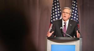 Bush dio 10 discursos pagados por la firma Poongsan Corp de Corea del Sur la que obtuvo más de $ 1 mil millones en contratos otorgados por el gobierno de su hermano George W Bush. Jeb no reveló cuánto le pagó  Poongsan, pero discursos extranjeros de este tipo pronunciados por prominentes políticos estadounidenses suelen cosechar cheques de pago en las seis cifras. El primer discurso fue en 2007, pocos meses antes de que la administración de George W. Bush otorgara a Poongsan un contrato para producir monedas por valor de US Mint tanto como $ 1 mil millones. Jeb Bush pronunció nueve discursos más entre entonces y el 2013, cuando pronunció dos discursos más para Poongsan.CHICAGO, IL - FEBRUARY 18:  Former Florida Governor Jeb Bush speaks to guests at a luncheon hosted by the Chicago Council on Global Affairs on February 18, 2015 in Chicago, Illinois. Bush delivered his first major foreign policy speech at the event as he continues to test the waters for a potential run for president in 2016.  (Photo by Scott Olson/Getty Images)