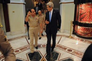 La amenaza ISIS en el Sinaí no es reto de seguridad más problemático del régimen egipcio. Foto: El ministro egipcio de Defensa, el general Abdul Fatah Khalil al-Sisi despide a la secretaria de Estado estadounidense, John Kerry, después de una reunión en El Cairo, Egipto, el 3 de noviembre de 2013. (Departamento de Estado de los EE.UU.)