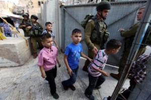 """Hasta penas de de 10 años pueden recibir los niños palestinos si los fiscales no pueden probar la intención dañina de la catapulta, y 20 años, si está claro que desean causar daño corporal. Foto: Menores palestinos """"capturados"""" por  tropas de combate las Fuerzas de Defensa de Israel (IDF)"""