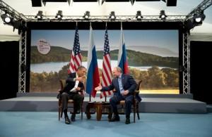 El presidente Barack Obama de los Estados Unidos y el presidente Vladimir Putin de Rusia se preparan para dar la mano para las cámaras siguientes declaraciones a la prensa en la Cumbre del G-8 39a en Lough Erne, el condado de Fermanagh, en Irlanda el 17 de junio de 2013. (Pete Souza / Casa Blanca)
