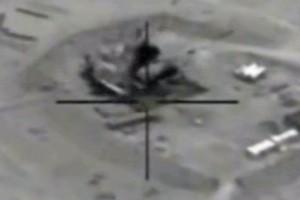 Aviones de combate estadounidenses han alcanzado objetivos en Siria como parte de una operación lanzada desde la base aérea de Incirlik, en Turquía, contra milicianos del grupo terrorista Estado Islámico (EI), según confirmó esté miércoles el Ejército estadounidense. El ataque tiene lugar en medio de informaciones sobre la renovación de la ofensiva rebelde contra las fuerzas del Gobierno sirio. Foto: EE.UU. bombardea los campos de petróleo en poder del Estado Islámico en Siria