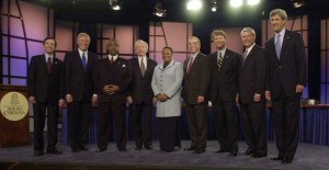 Aspirantes presidenciales demócratas plantean antes de su debate la noche del sábado, 3 de mayo de 2003, en Columbia, SC De izquierda a derecha son: representante Dennis Kucinich, de Ohio;. Rep. Dick Gephardt, de Missouri, el reverendo Al Sharpton, de Nueva York; Sen Joe Lieberman, de Connecticut; el ex senador Carol Moseley Braun, de Illinios; el ex gobernador Howard Dean, de Vermont; Sen John Edwards, de Carolina del Norte; El senador Bob Graham, de Florida; y el senador John Kerry, de Massachusetts. (Foto AP / Mary Ann Chastain)