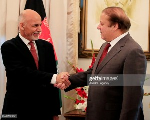 Los líderes de Afganistán y Pakistán parecen optimistas sobre la pronta reanudación del proceso de paz de Afganistán a pesar de las divisiones internas de los talibanes. El presidente afgano, Ashraf Ghani Ahmadzai (L), y el primer ministro de Pakistán, Nawaz Sharif (RAfghan President Ashraf Ghani Ahmadzai (L) and Pakistani Prime Minister Nawaz Sharif (R) hold a meeting at the Pakistani Prime Minister's House on November 15, 2014 in Islamabad, Pakistan. Afghan President looks to boost business and diplomatic relations during his first two-day state visit to Pakistan since he took office last month. (Photo by Metin Aktas/Anadolu Agency/Getty Images)
