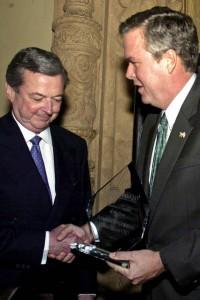 El cubanoamericano Armando Codina —mentor económico de Jeb Bush desde 1980—lo convirtió en socios de negocios en Miami lo llevo de la mano hasta transformarlo en unos de los hombres más acaudalados de la Florida.
