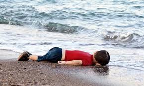 Mientras la prensa europea pulsa la cuerda emotiva difundiendo fotos de un niño ahogado y publicando reportajes sobre las multitudes que cruzan a pie los países de los Balcanes, Thierry Meyssan muestra que se trata de imágenes fabricadas. Son imágenes que favorecen los intereses del patrón de patrones alemán, Ulrich Grillo, y de la OTAN, pero que no reflejan el fenómeno en su conjunto y empujan a los ciudadanos europeos hacia respuestas que no resuelven el verdadero drama.