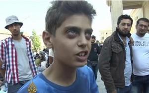 """Ha tenido que ser un chaval sirio de 13 años, Kinan Masalmeh, quien diga ante las cámaras lo que ningún miserable político de la Europa Occidental se ha atrevido a decir. Un joven de 13 años que hace una desgarradora llamada a las potencias europeas mientras es retenido por la Policía húngara junto a centenares de refugiados en las afueras de una estación de trenes. """"Paren la guerra"""", les suplica. y su súplica ha conmovido al mundo entero. """"Por favor, ayuden a los sirios. Los sirios necesitan ayuda ahora. Solo paren la guerra, nosotros no queremos quedarnos en Europa, solo paren la guerra"""", exhortó citado por Al Jazeera."""